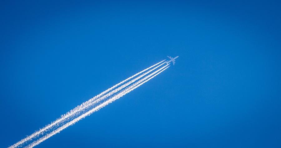samolot na tle nieba